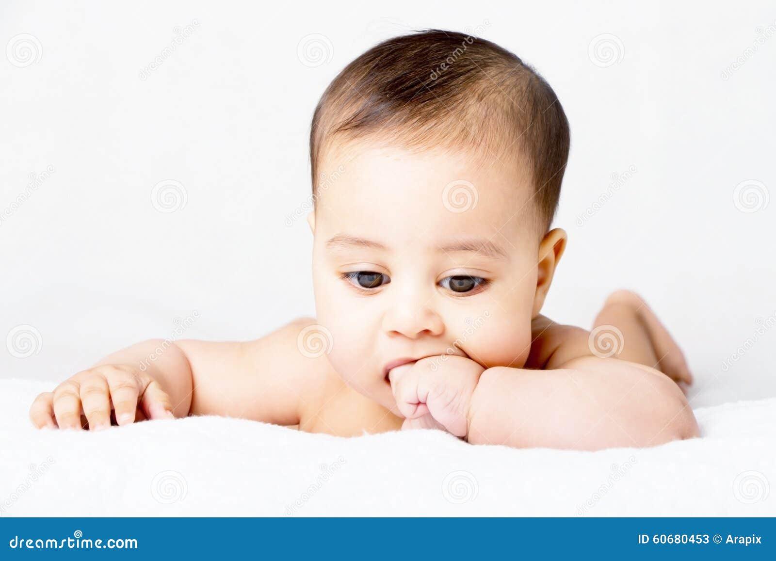 Сладостный младенец всасывая его палец