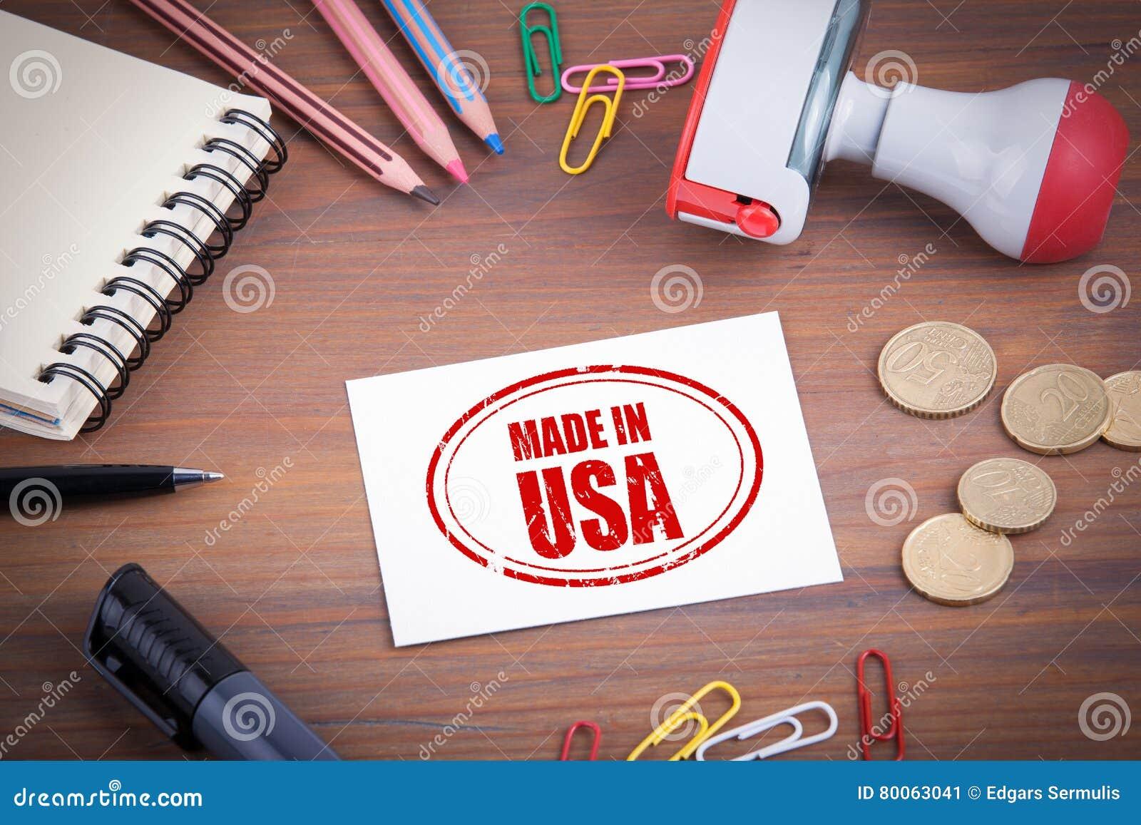 сделанный штемпель США Деревянный стол офиса с канцелярскими принадлежностями, деньгами и