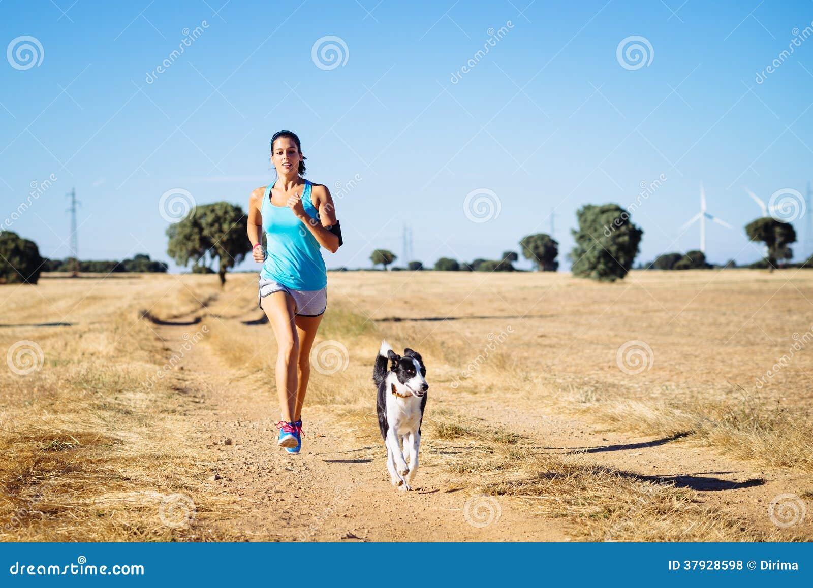 След женщины идущий перекрестный в пути сельской местности
