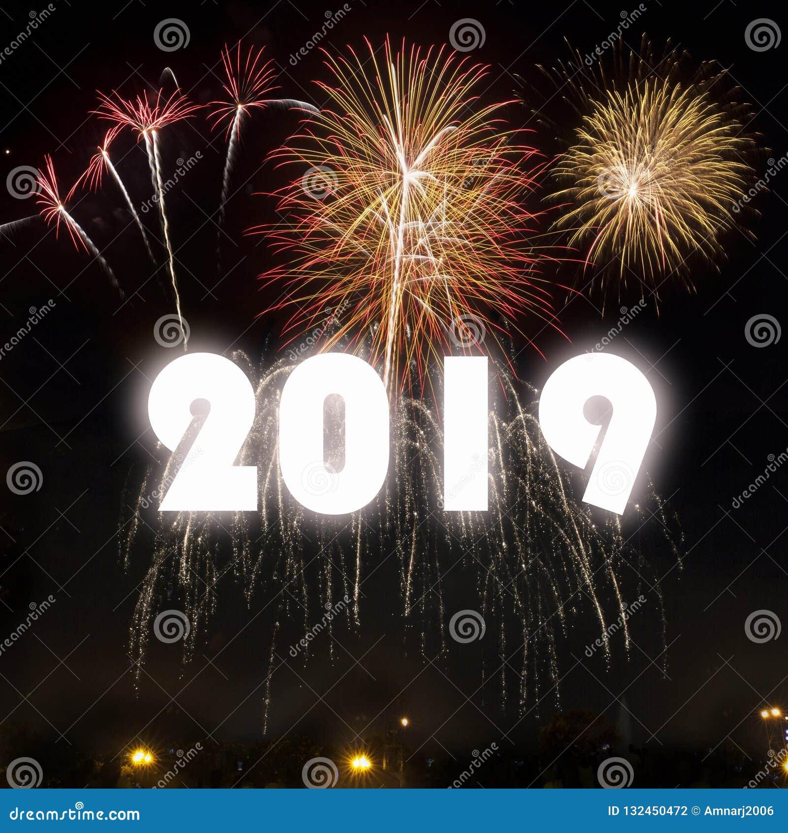 С Новым Годом! 2019 с красочными фейерверками