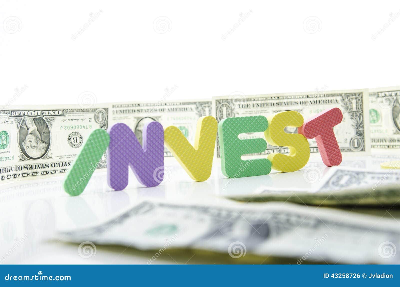 Слово инвестирует в центре  долларовых банкнот