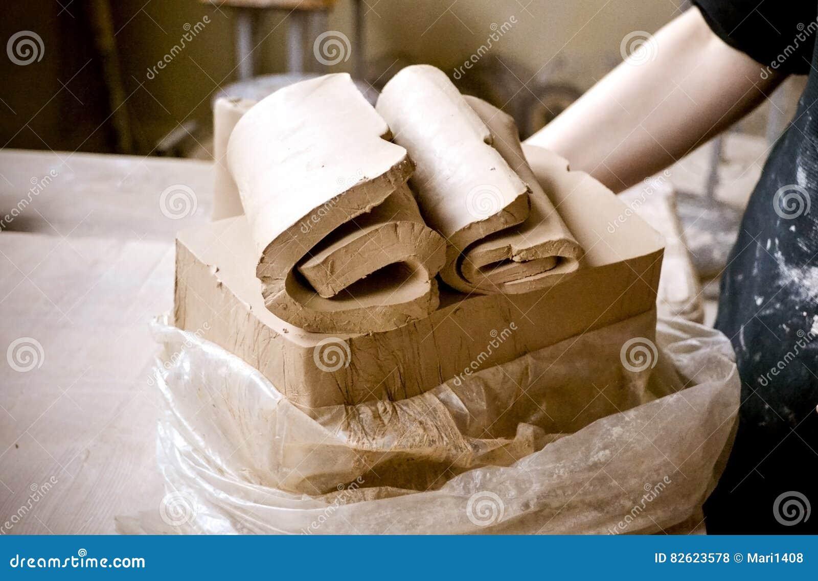 Слои вырезывания глины соединяют для ваять в мастерской ` s гончара