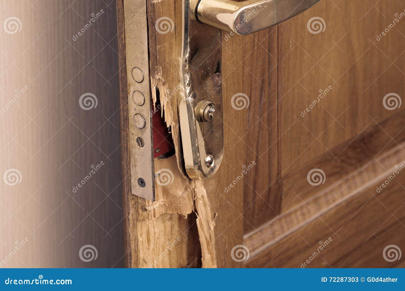 Download сломленная дверь стоковое изображение. изображение насчитывающей разбойничество - 72287303