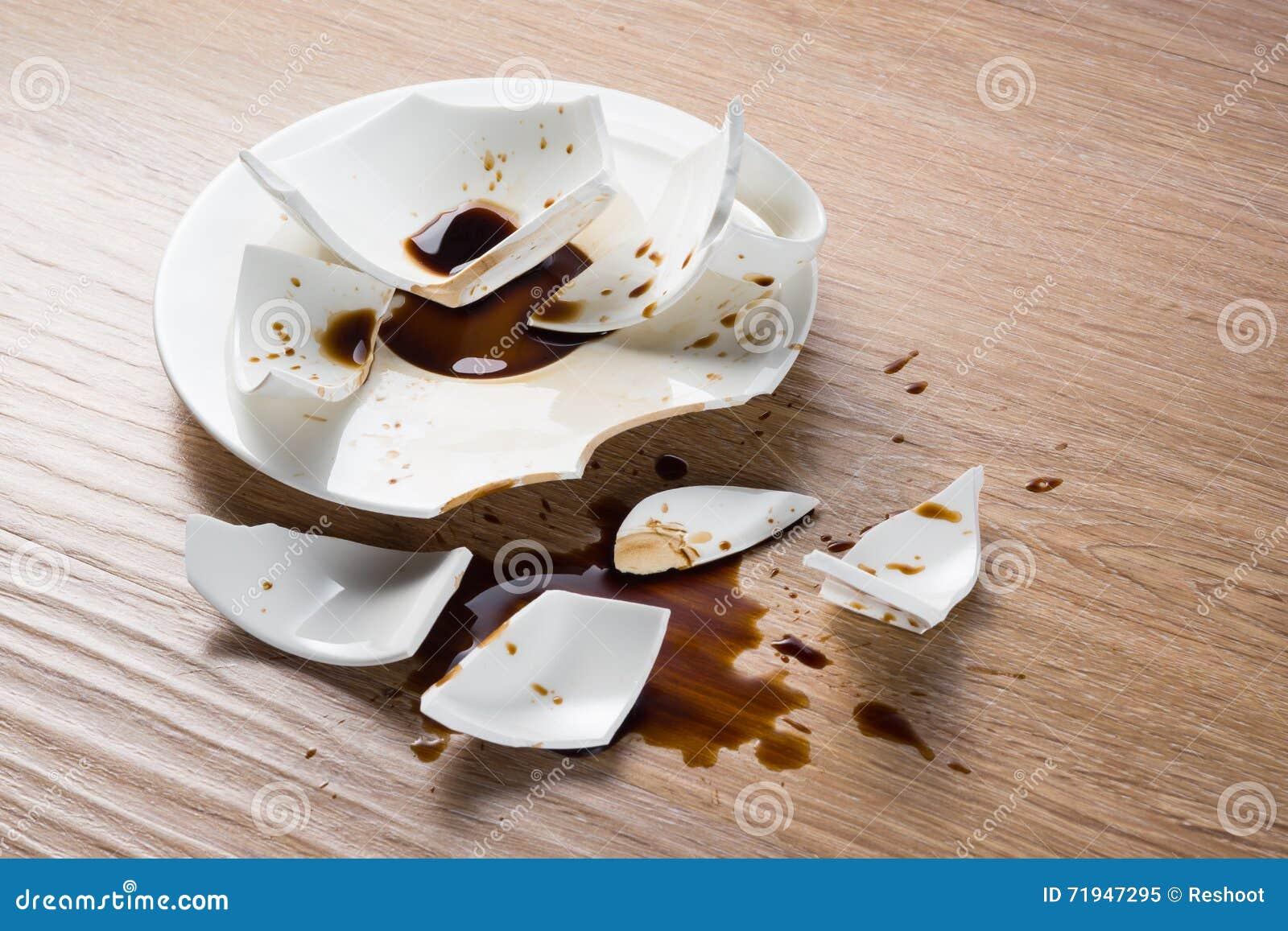 Сломленная чашка с выплеском