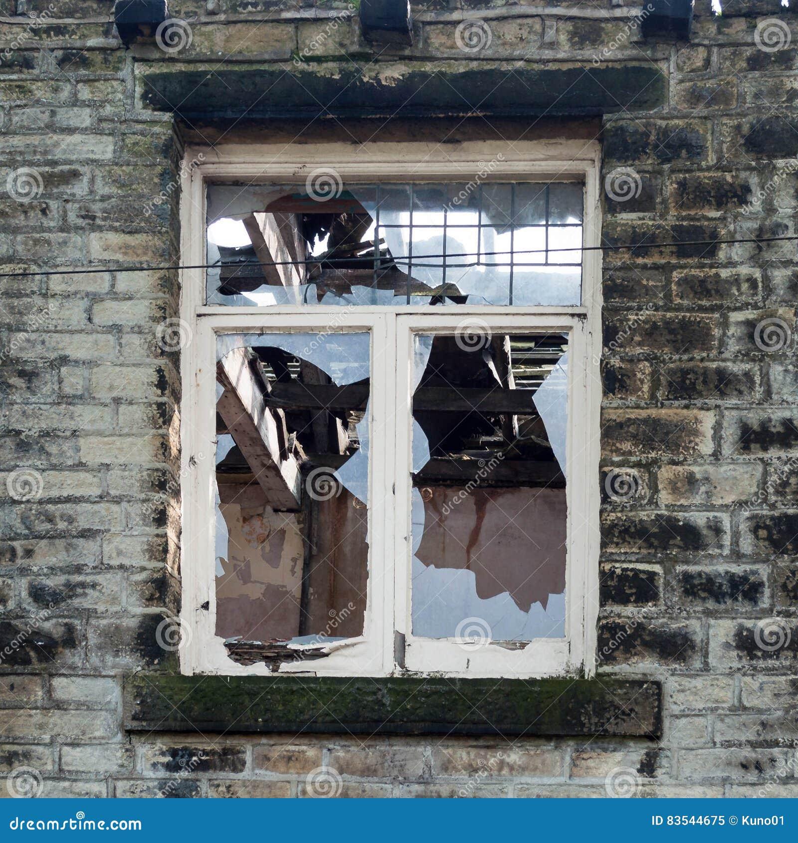 разбитое окно от рогатки фото эта