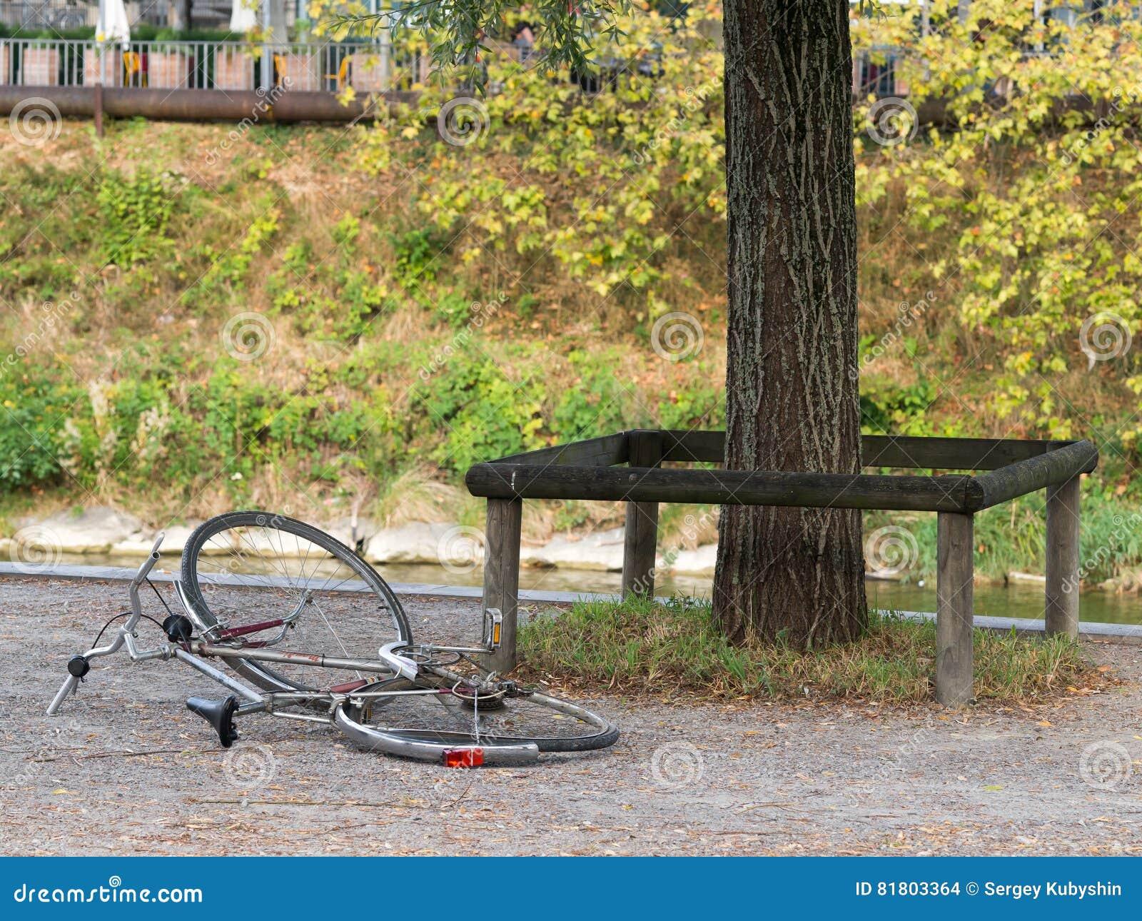 Сломленный покинутый велосипед
