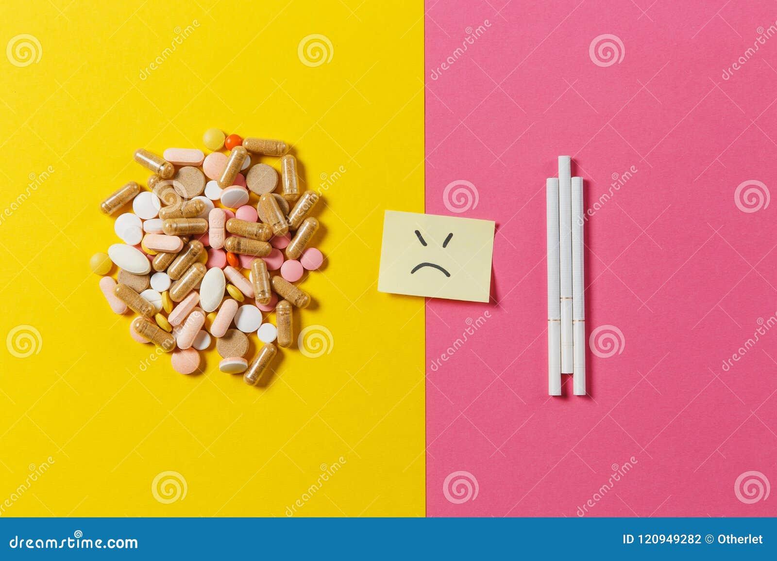 Таблетки лекарства на предпосылке цвета Концепция здоровья, обработки, выбора, здорового образа жизни