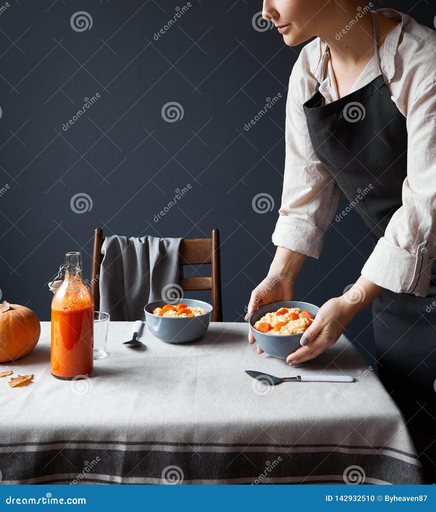 Таблица завтрака подачи женщины на сером цвете