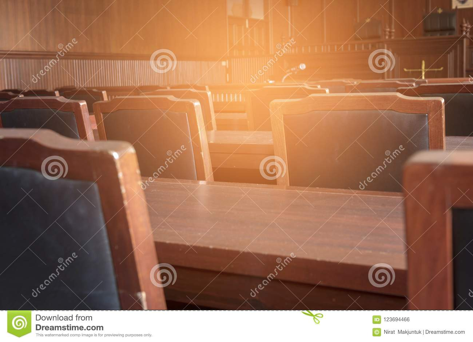 Таблица и стул в зале судебных заседаний
