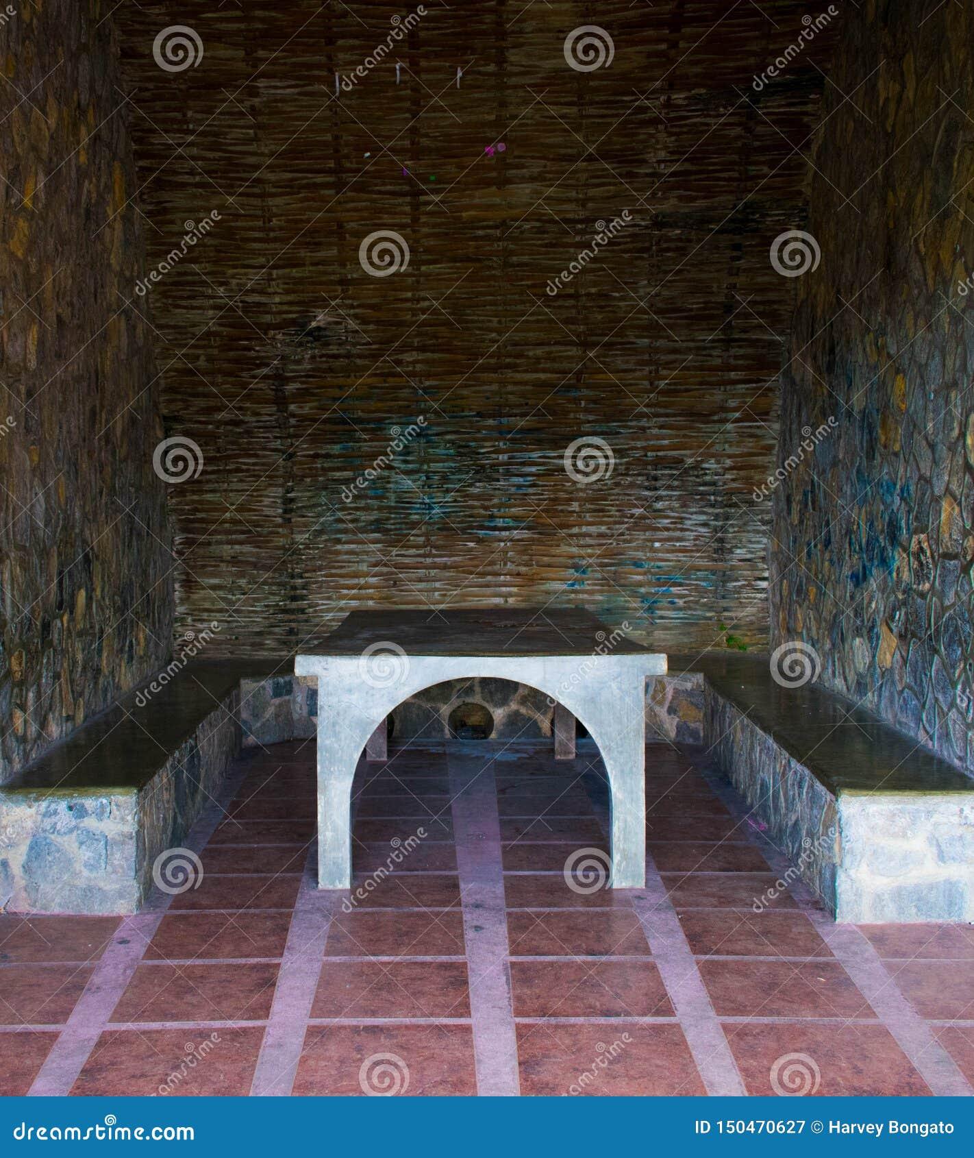 Таблица и стул камня коттеджа
