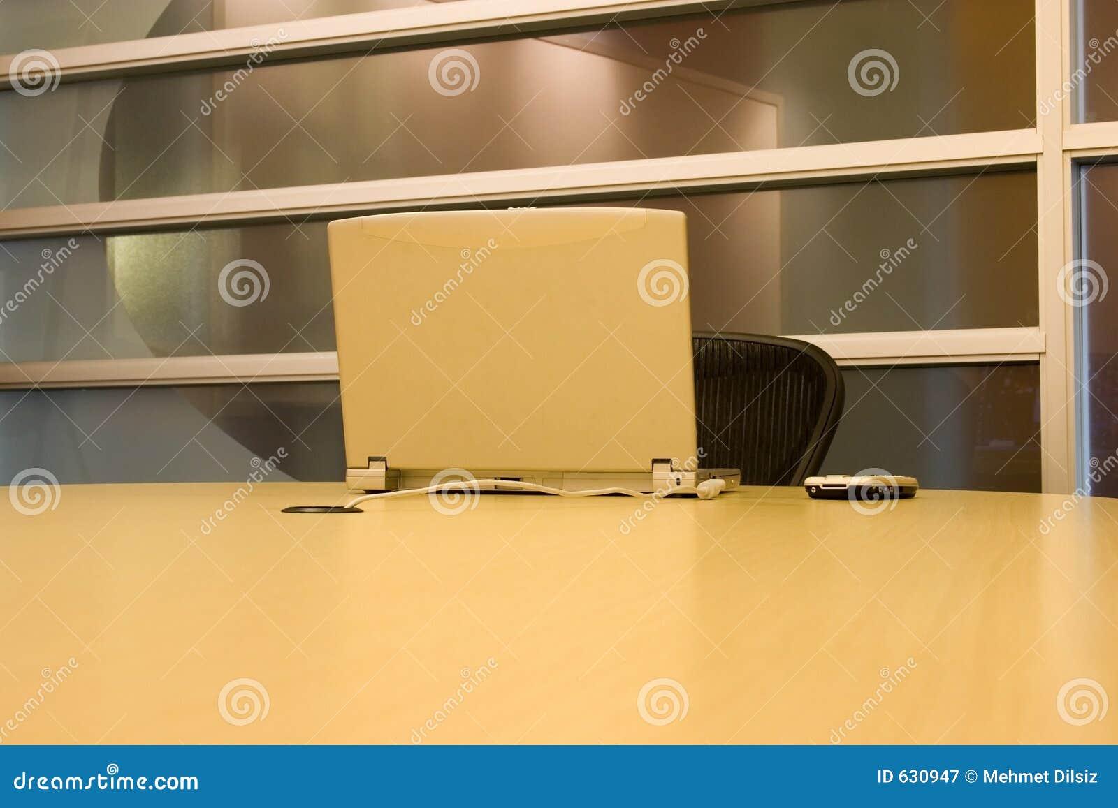 Download таблица комнаты Pda компьтер-книжки конференции Стоковое Изображение - изображение насчитывающей окна, монитор: 630947