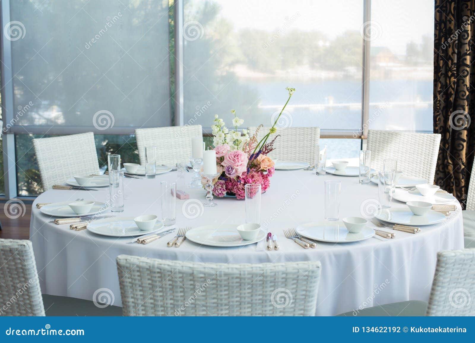 Таблица ресторана события белая служила и ждет гостей