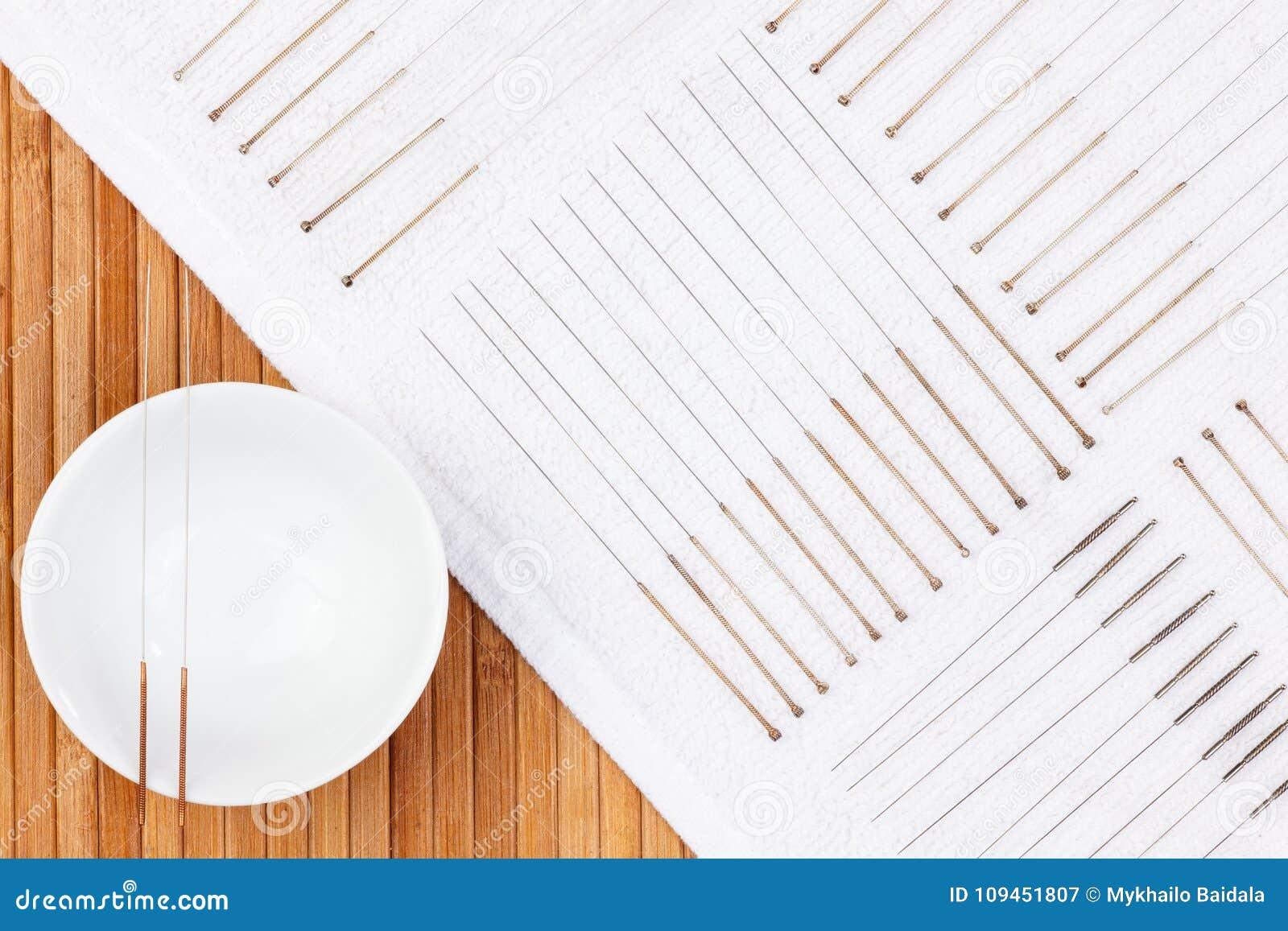 Таблица с иглами для иглоукалывания Серебряные иглы для традиционной медицины иглоукалывания на таблице