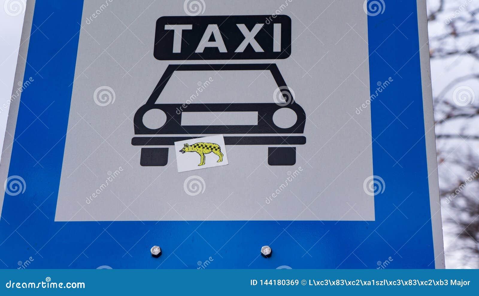 Таблица такси со стикерами гиены в Будапеште