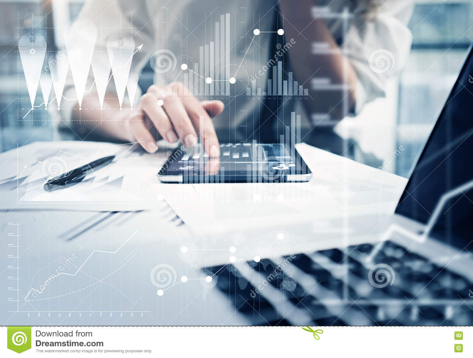 Таблетка руки женщины фото касающая современная Управляющий инвестициями работая новый офис проекта частного дела Используя элект