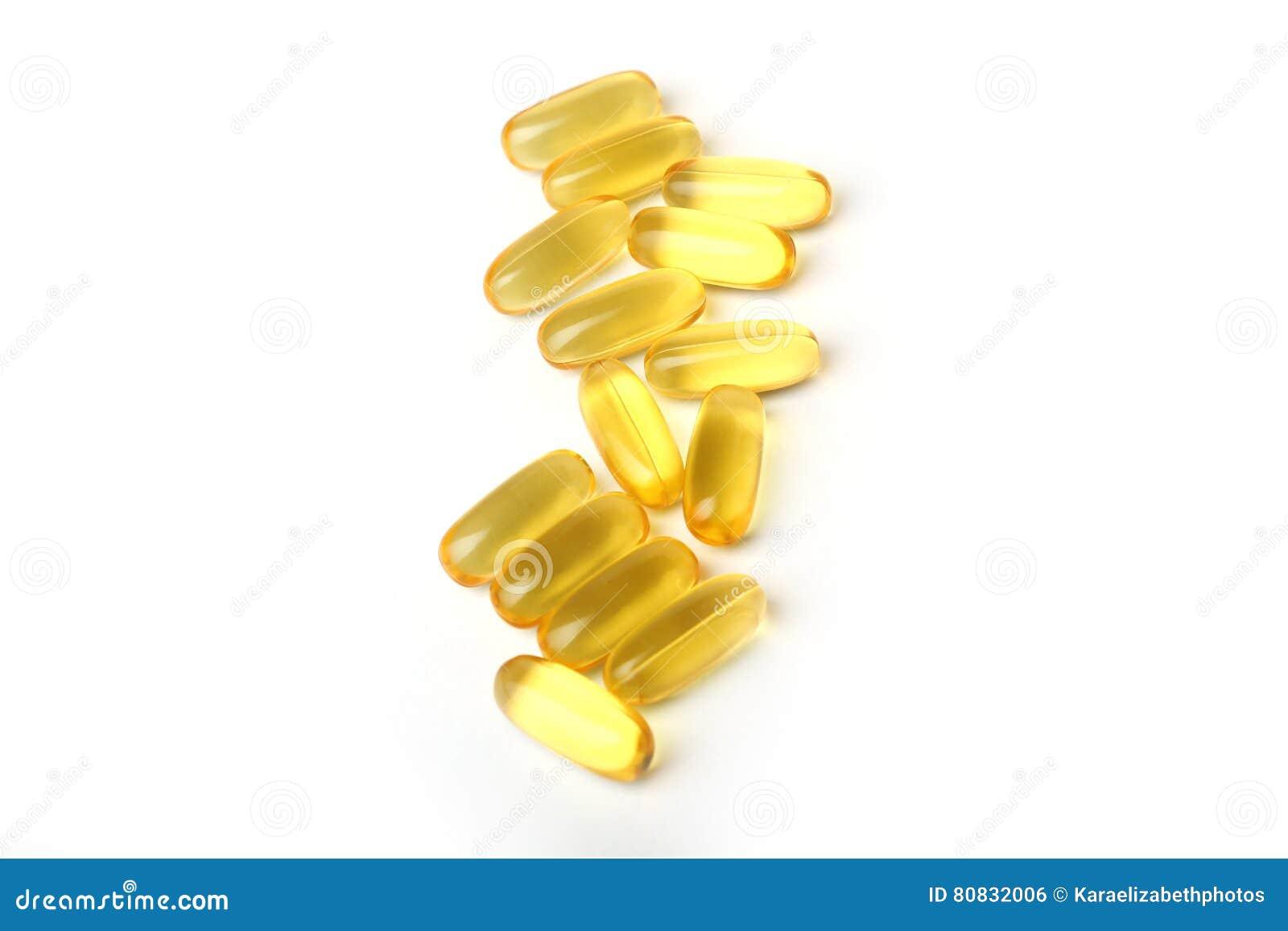 Таблетки масла печени трески на белой предпосылке