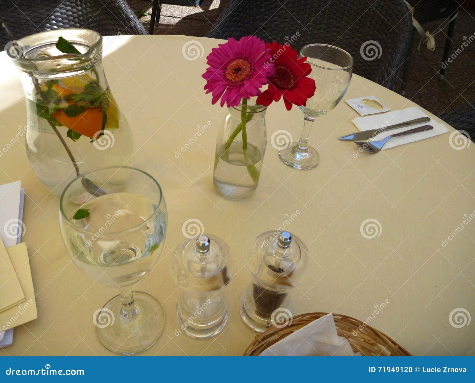 Таблица с светом - желтой тканью украшенной с цветками