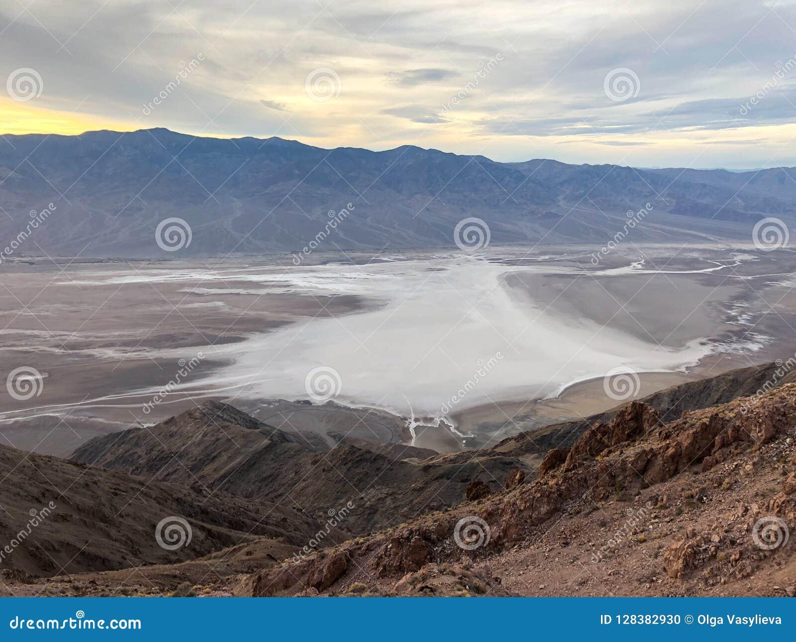 Таз Badwater увиденный от взгляда ` s Dante, равенства соотечественника Death Valley