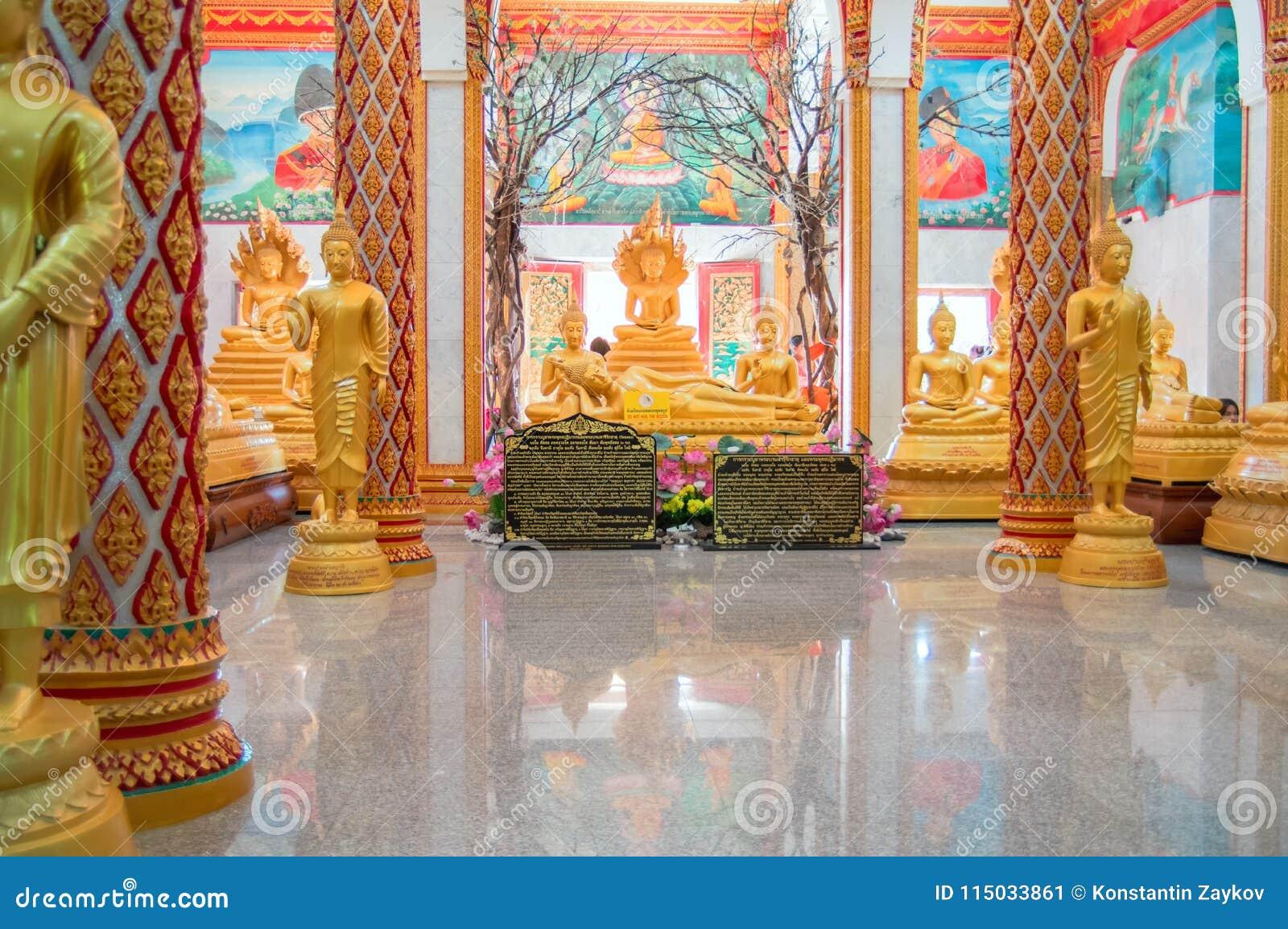 ТАИЛАНД, ПХУКЕТ 22-ое марта 2018 - главная пагода буддийского виска Chalong Wat Chayyatararam Wat Диаграммы воска золота монахов