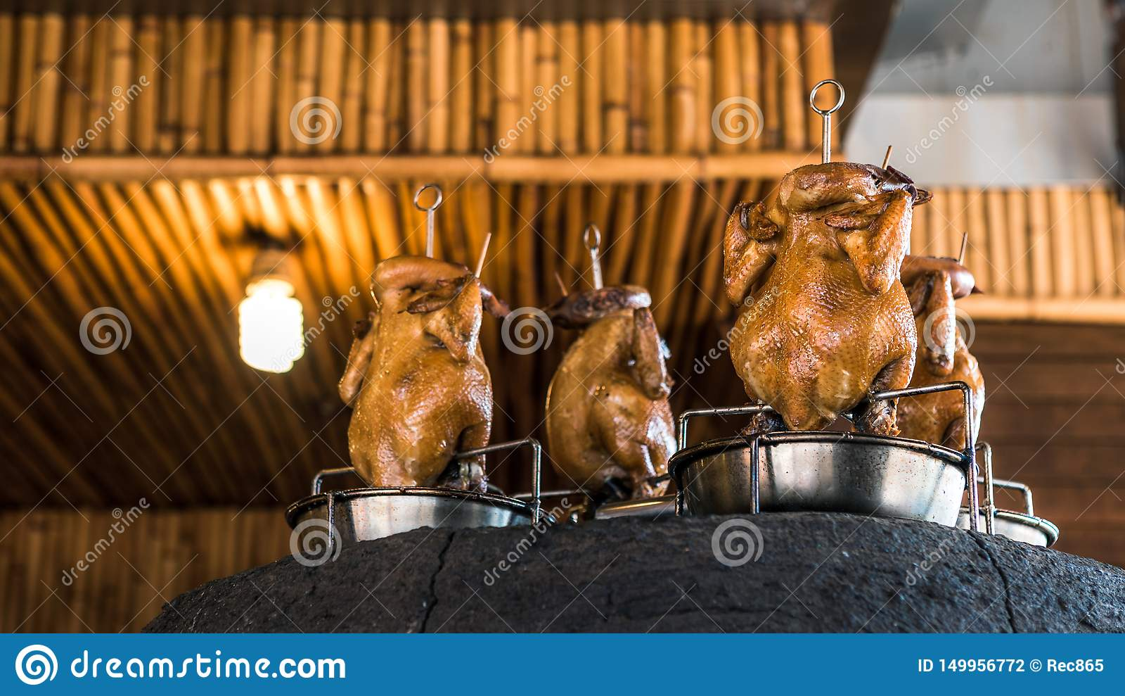 Тайваньская печь для обжига кирпича и жареный цыпленок в огромной печи глины