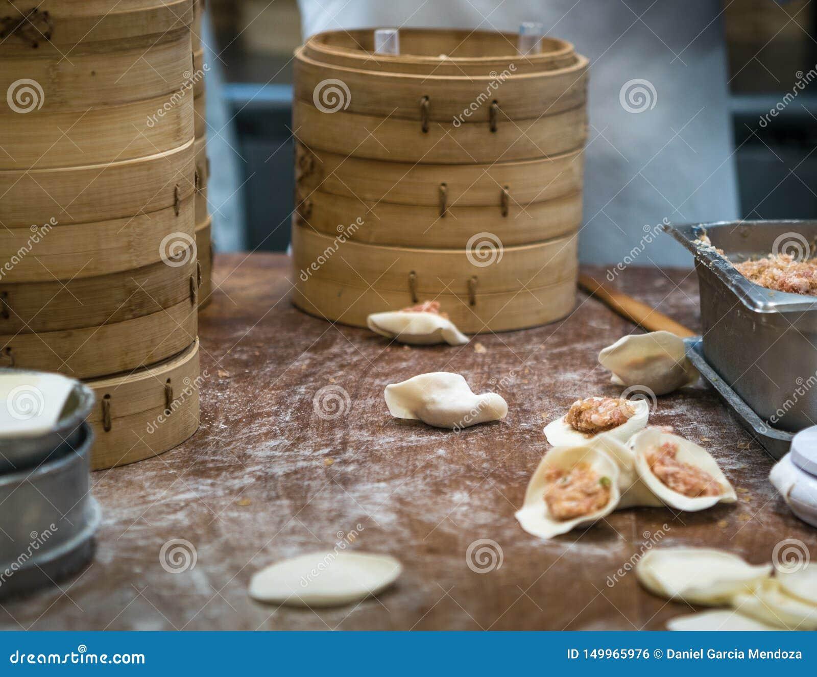 Тайваньские шеф-повара команды варя традиционную еду Азиатский шеф-повар делая вареник Тайвань