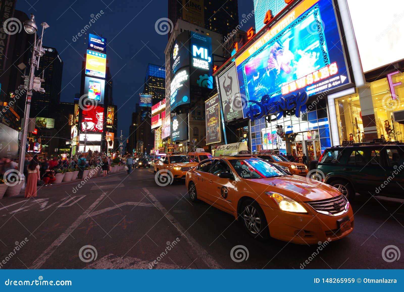 Таймс-сквер в Нью-Йорке вечером