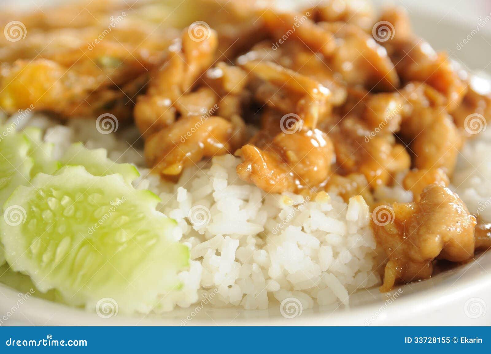 Тайская еда, омлет с чесноком свинины и перец.