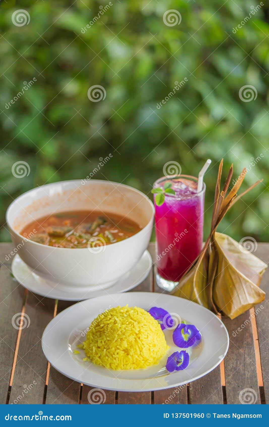 Тайская кухня традиции на деревянном столе, омлете разрешения риса турмерина, акации и креветке в пряном кислом супе вышла сок го