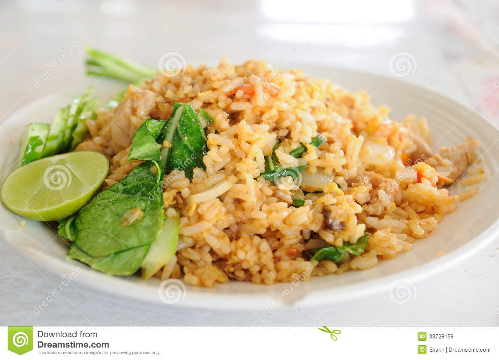 Тайская местная еда, жареный рис свинины.