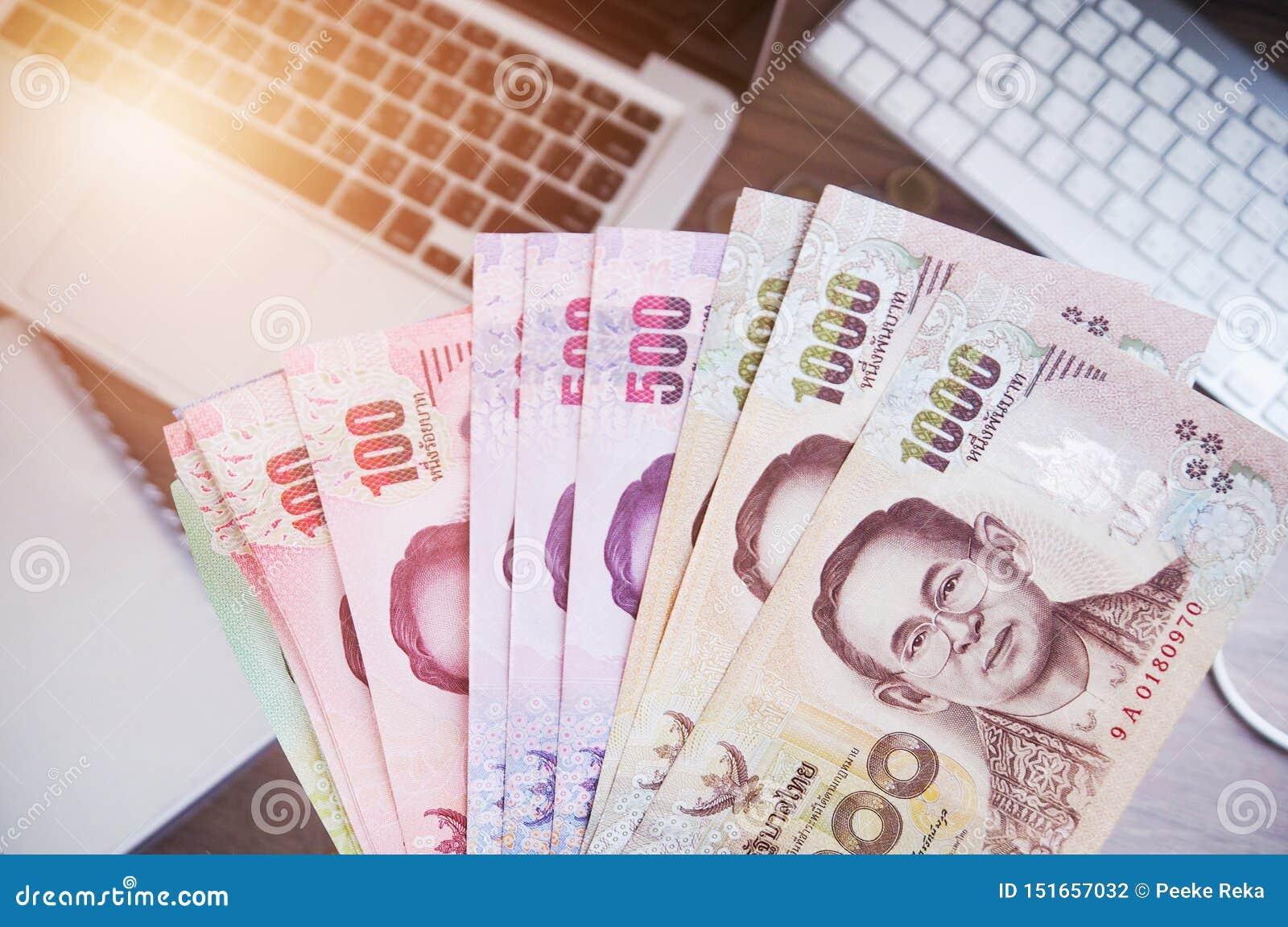 Тайские банкноты денег и работа и деньги ноутбука
