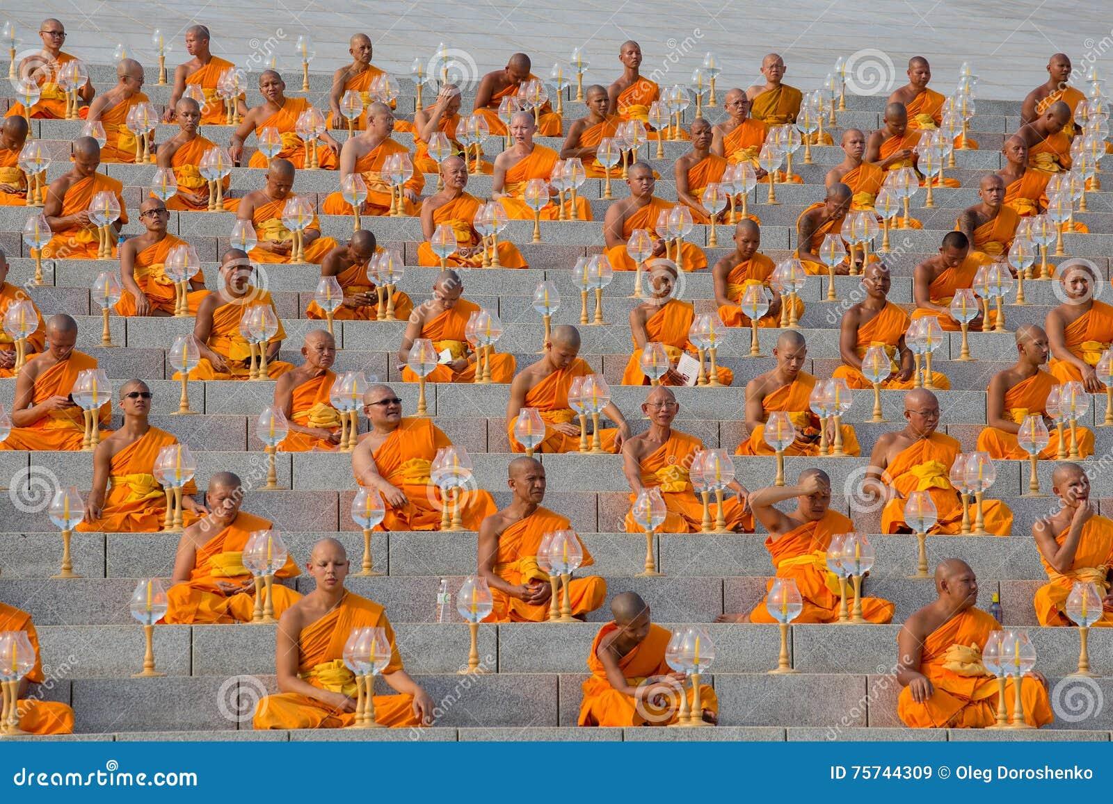 Тайские монахи во время буддийского дня Magha Puja церемонии в Wat Phra Dhammakaya в Бангкоке, Таиланде