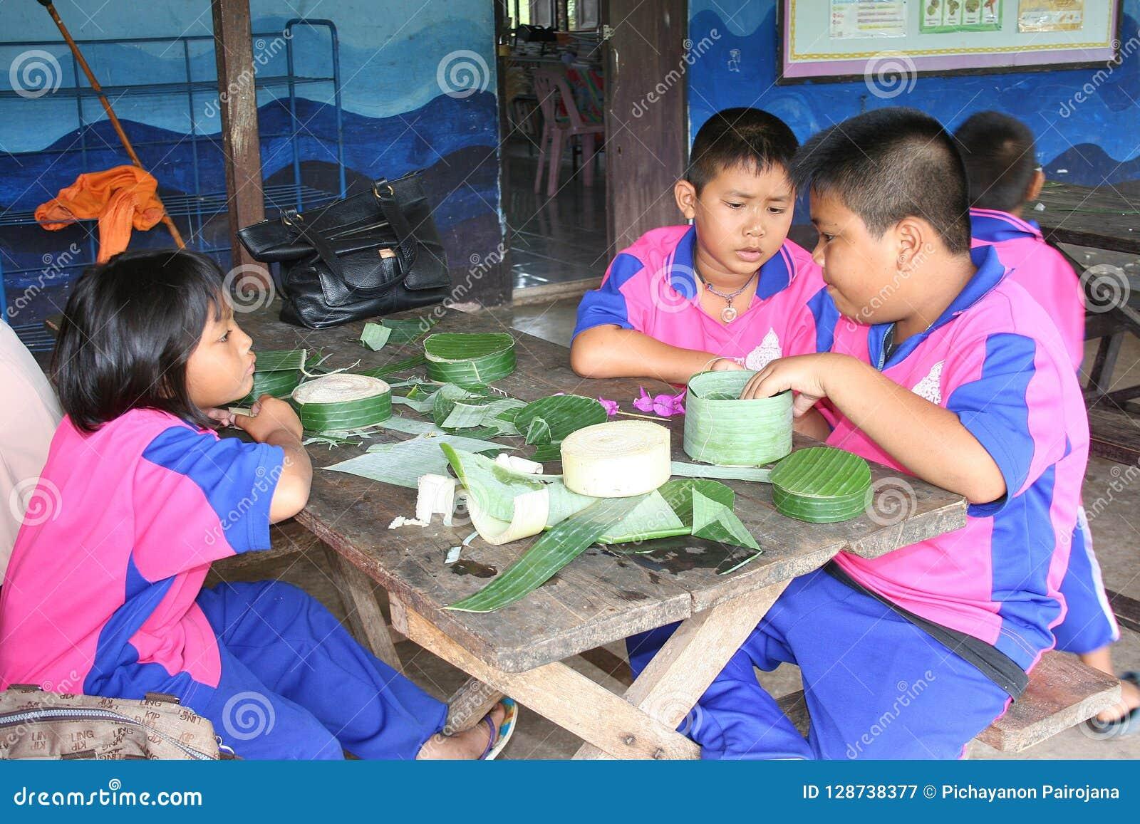 Тайские студенты делают СХВАТ KRA совместно