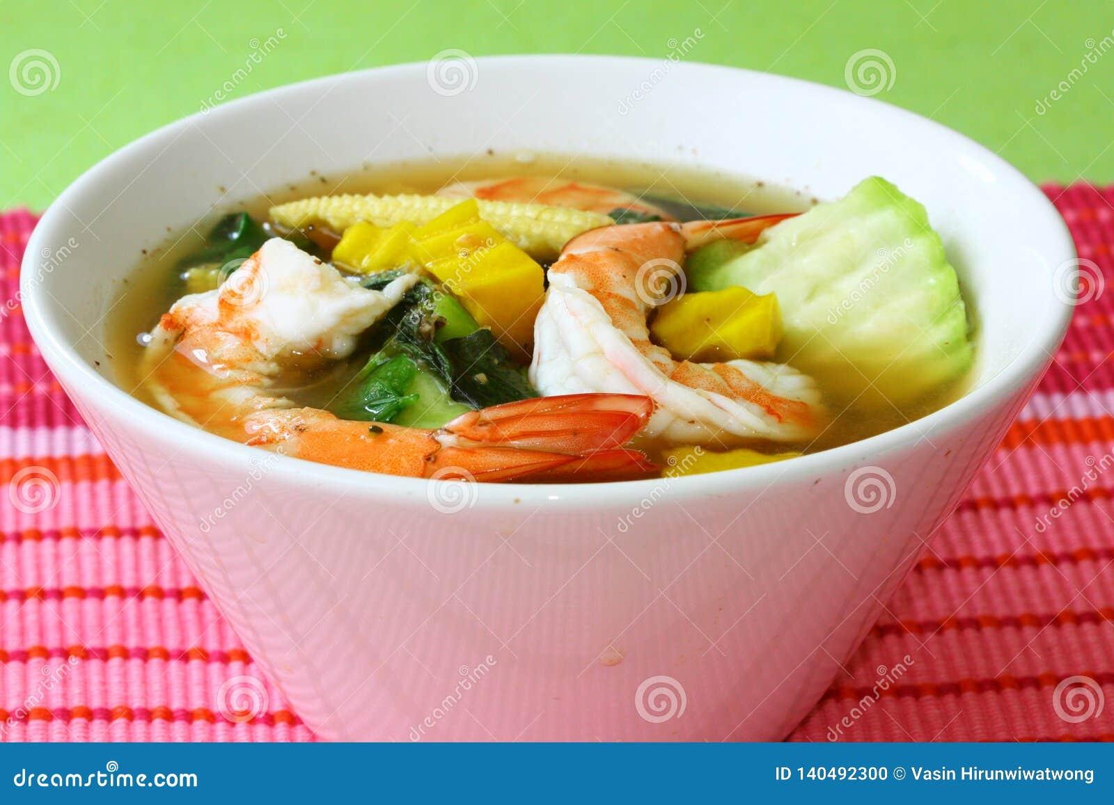 Тайский пряный смешанный овощной суп с шатией Liang Goong креветок