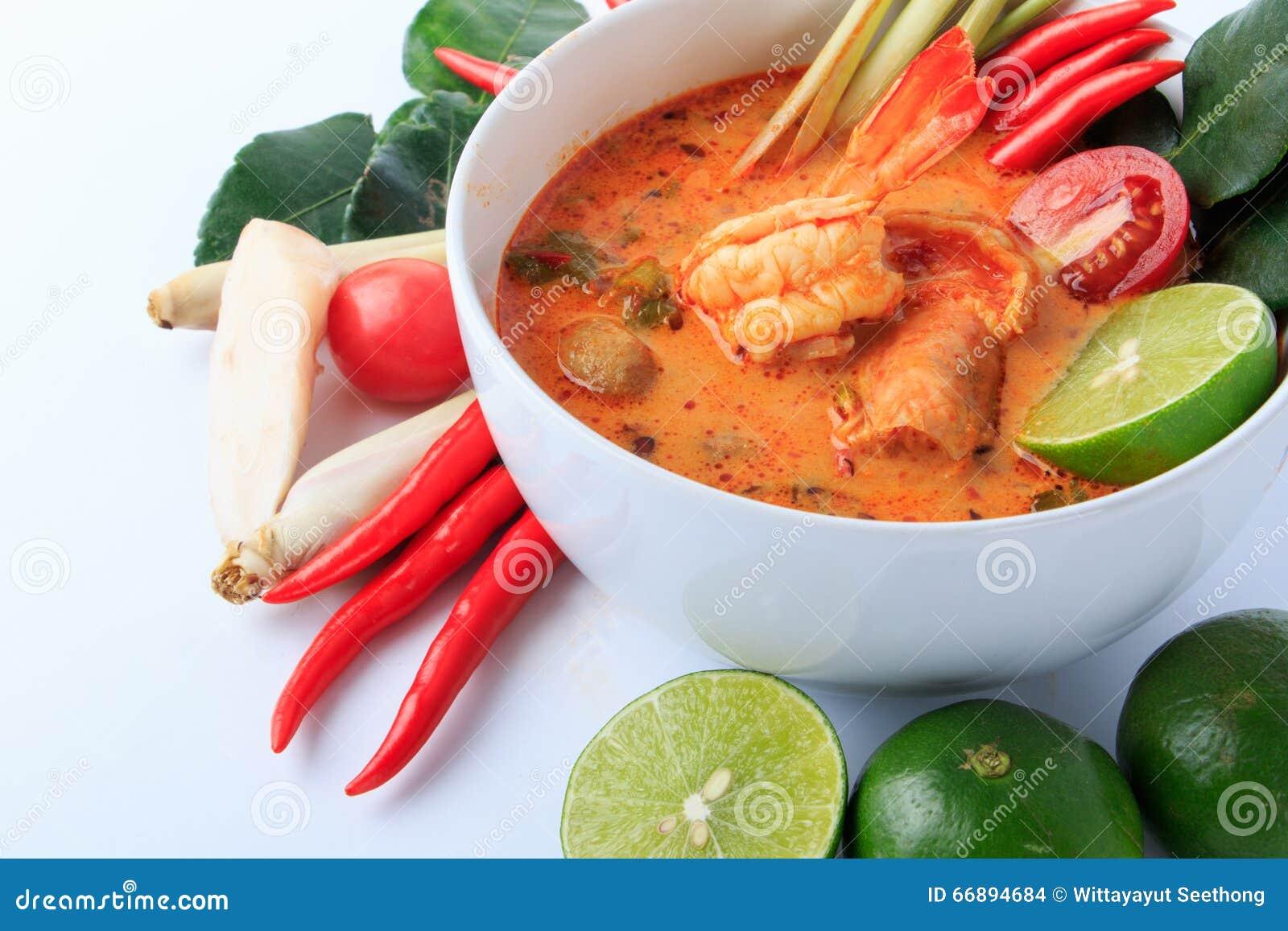 Тайский суп креветки с лимонным соргом (Томом Yum Goong) на белой предпосылке