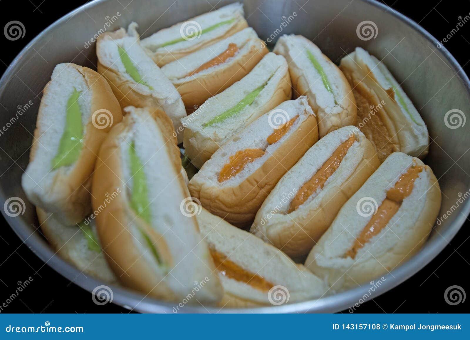 Тайский хлеб заварного крема в алюминиях баке, фокусе выборочном