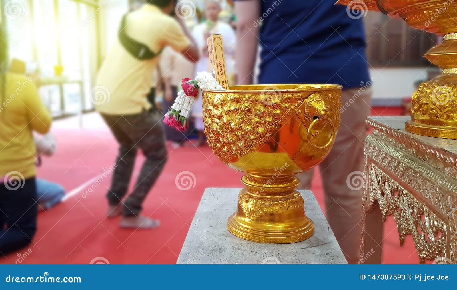 Тайский шар воды на запачканной предпосылке, тайской церемонии посвящения, тайской культуре для каждого человека быть новыми мона