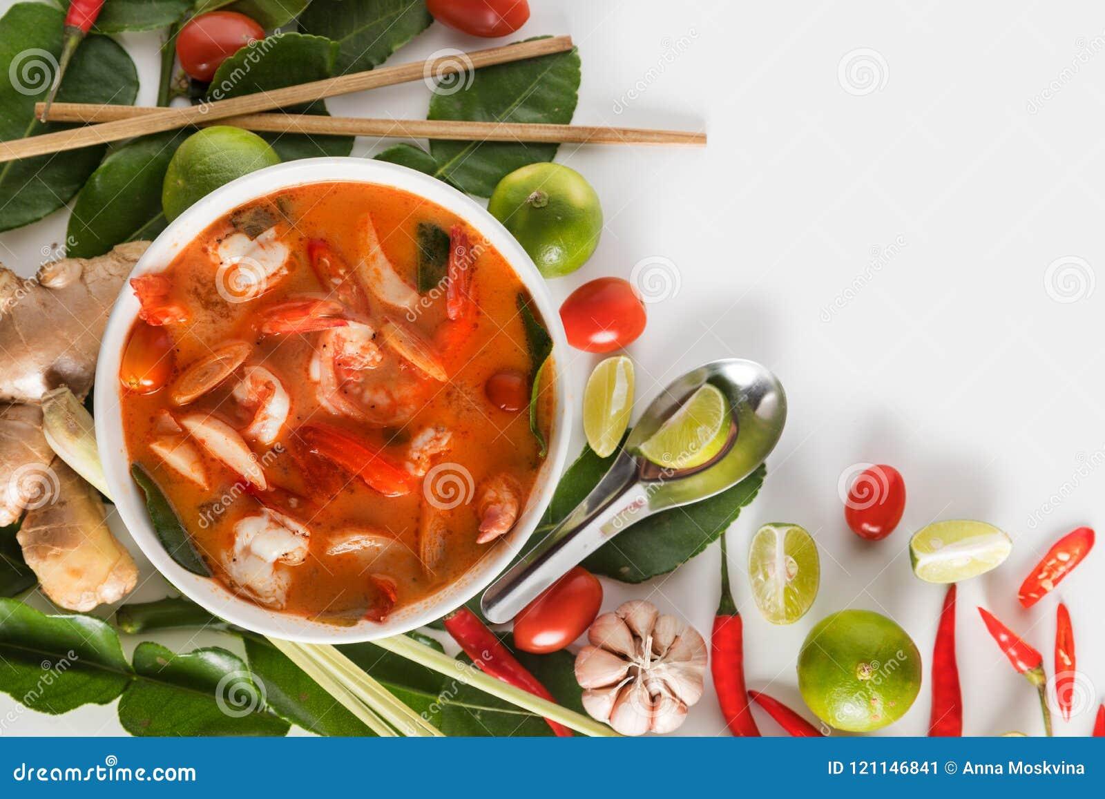 Тайское Том Yum Goong или пряный суп Tom yum с креветками креветок