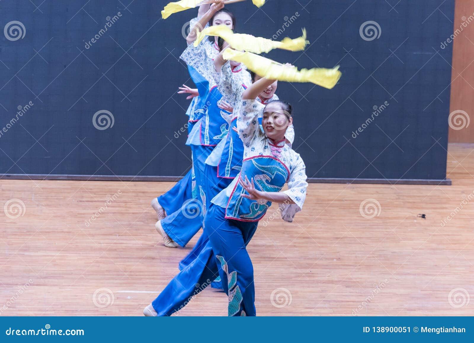 Танец рудоразборки девушки 2-Tea рудоразборки чая - уча репетиция на уровне отдела танца