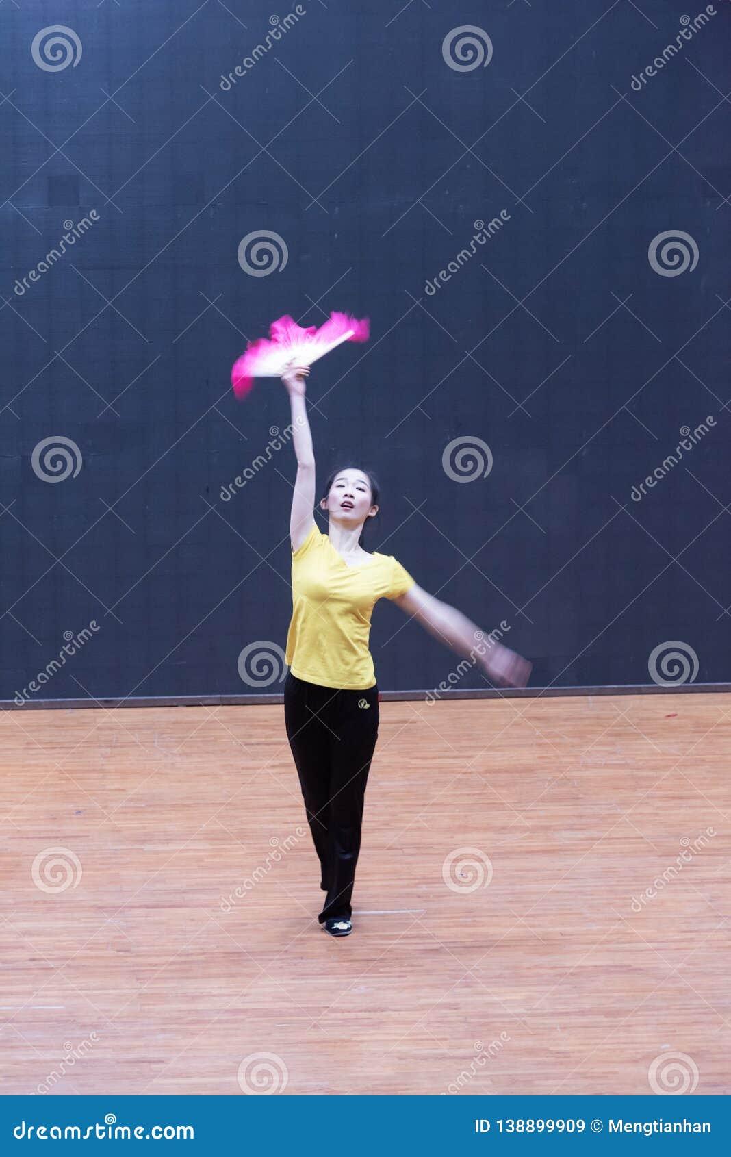 Танец рудоразборки танцора водя 2-Tea - уча репетиция на уровне отдела танца