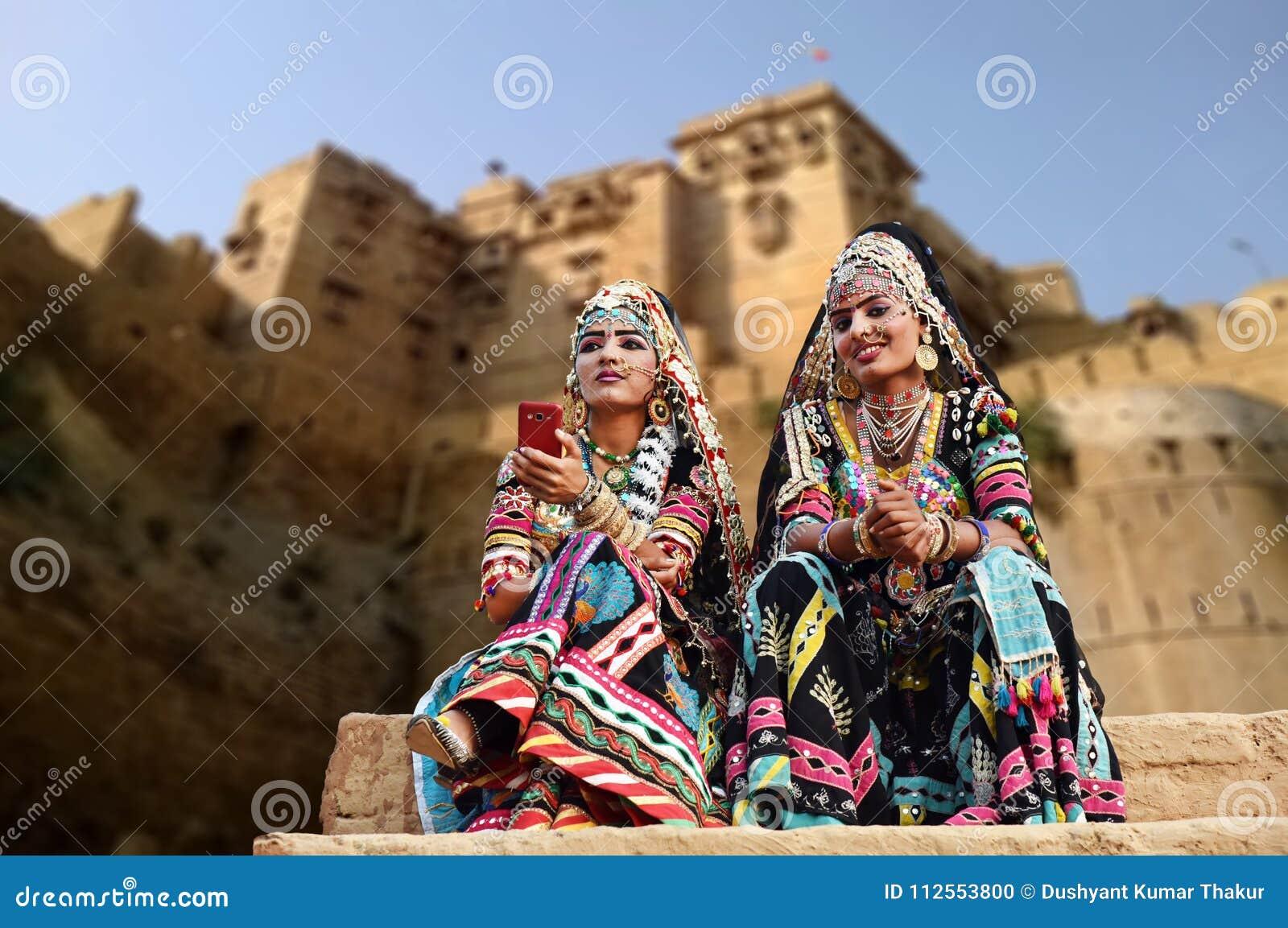 Танцоры Kalbelia в традиционной одежде вне форта Jaisalmer