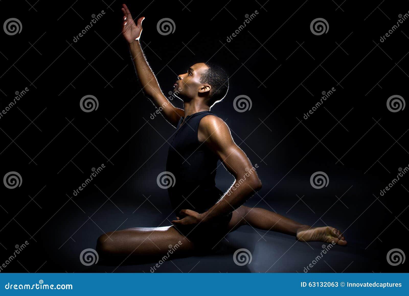 Танцор демонстрируя гибкость
