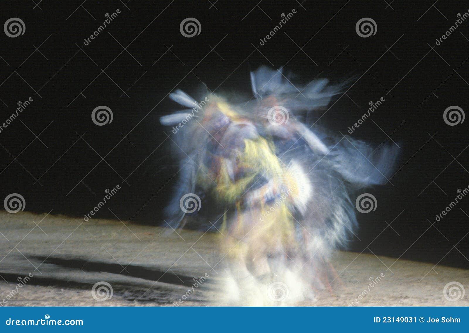 Танцор коренного американца в движении