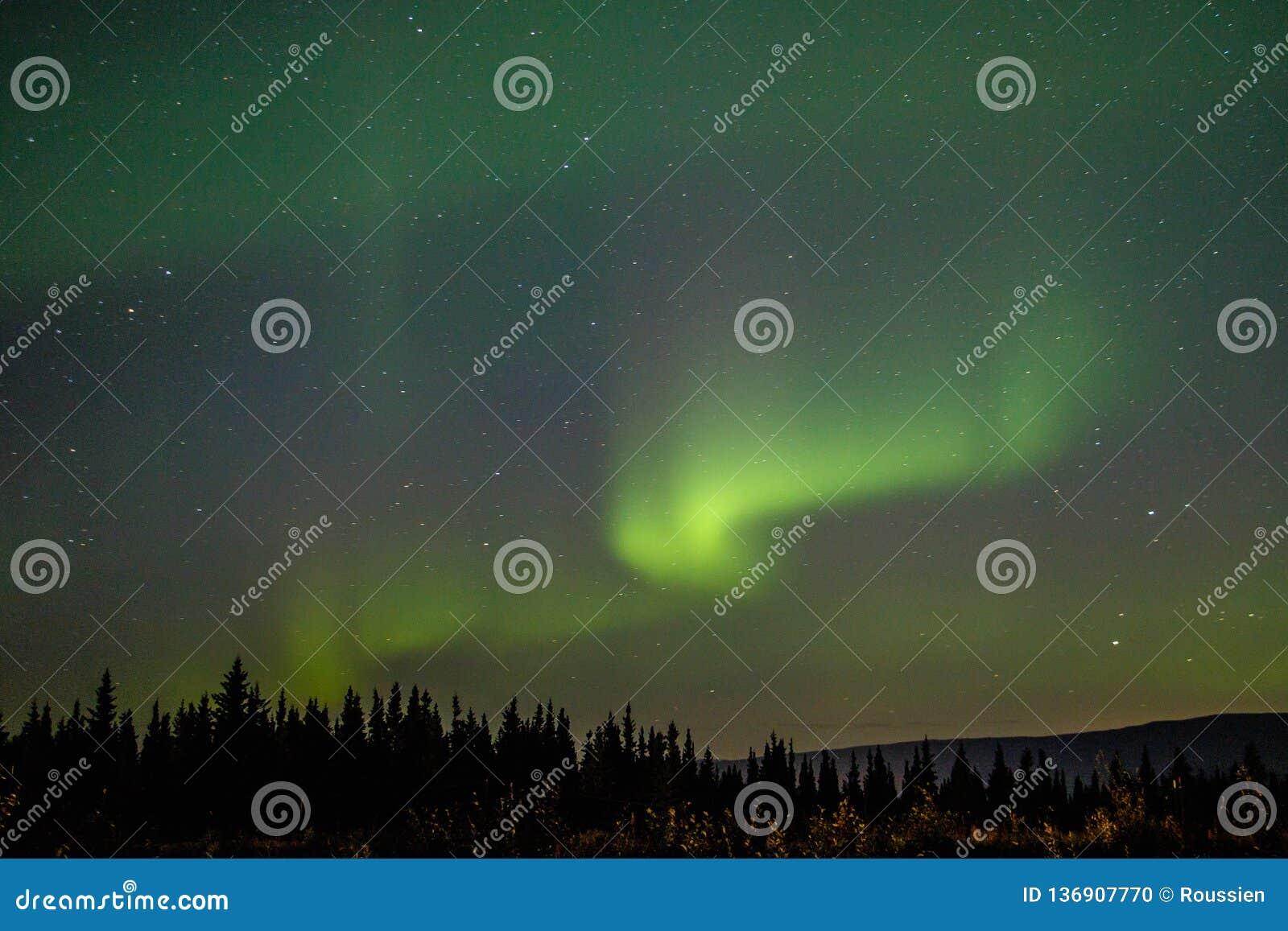 Танцуя ночное небо как волшебное шоу далекого севера