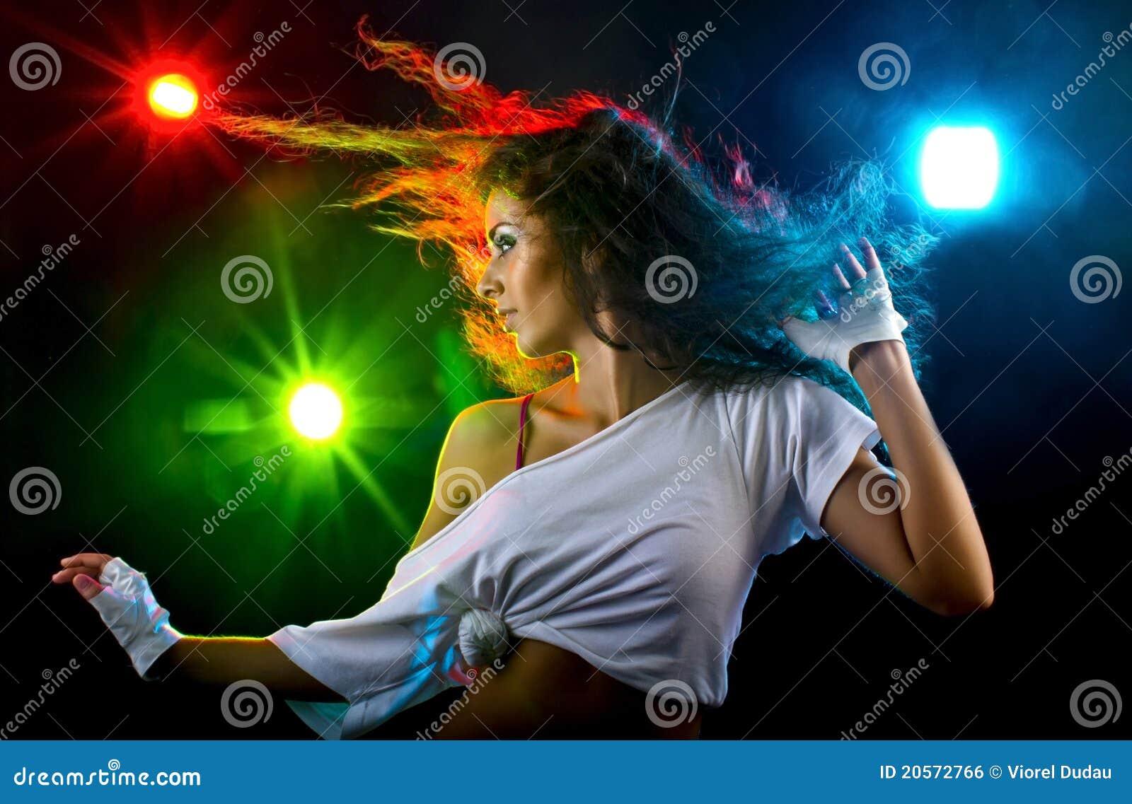 Танцы женщины