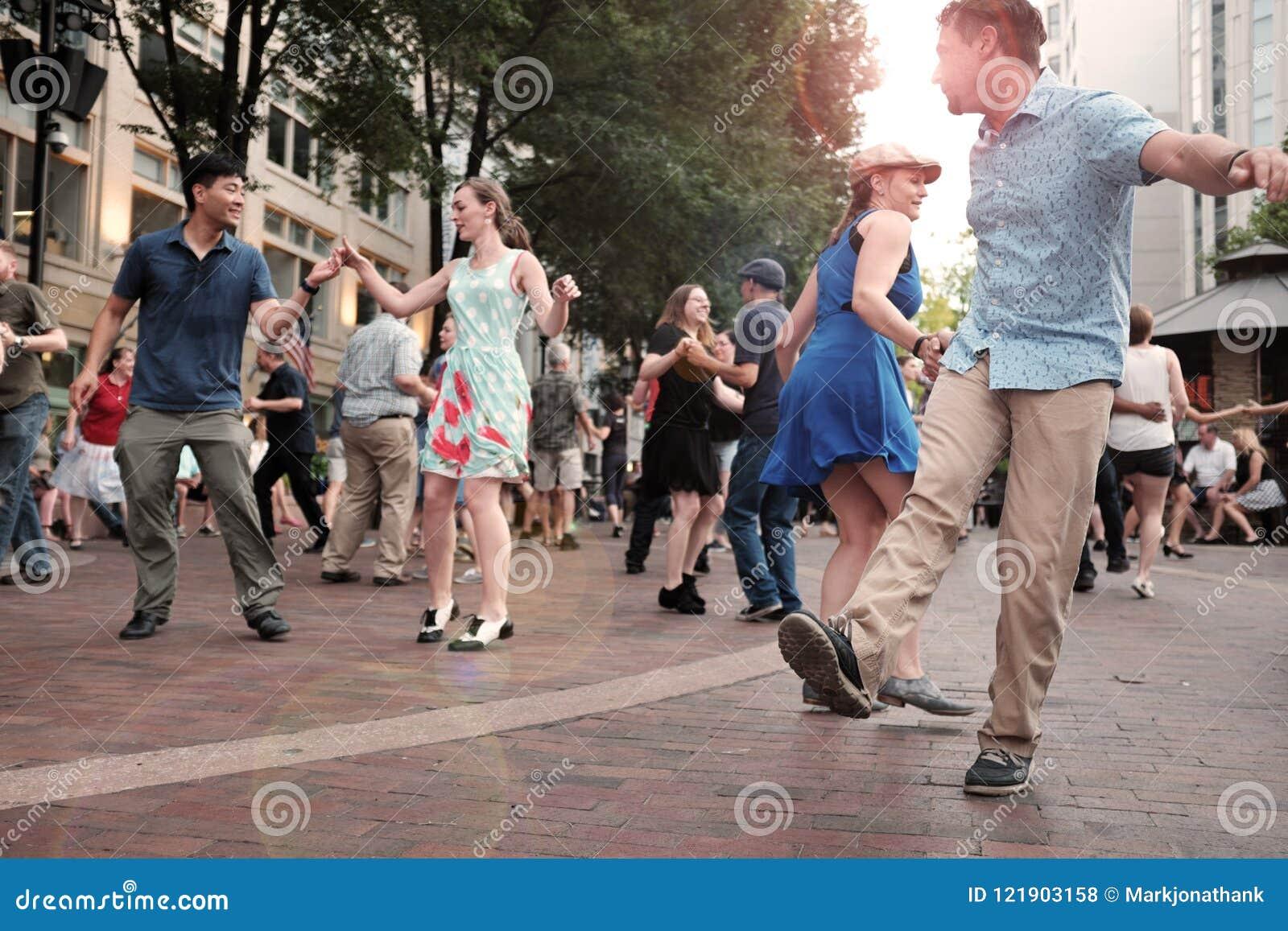 Танцы лета внешние в квадрате театра в городском Кливленде, Огайо, США