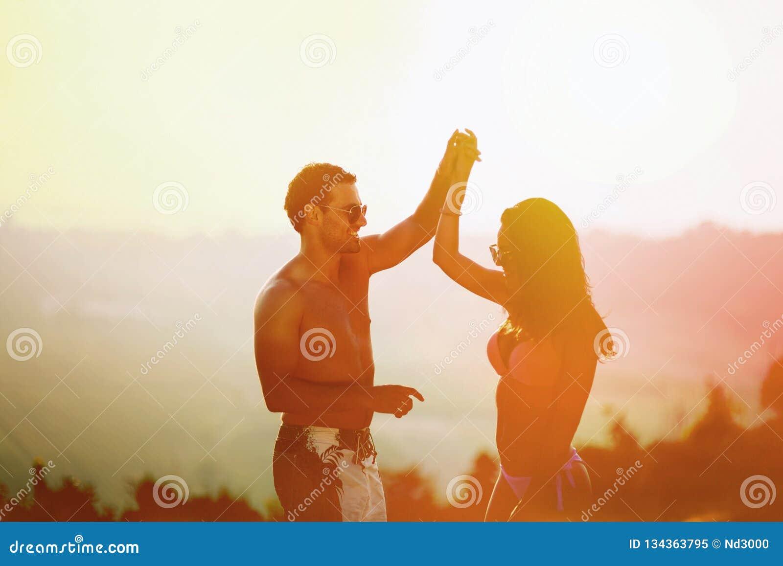 Танцы пар во время захода солнца