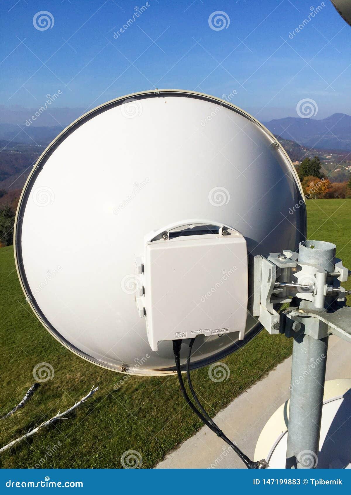 Тарелка антенны передачи связи микроволны на башне металла сети радиосвязи клетчатой