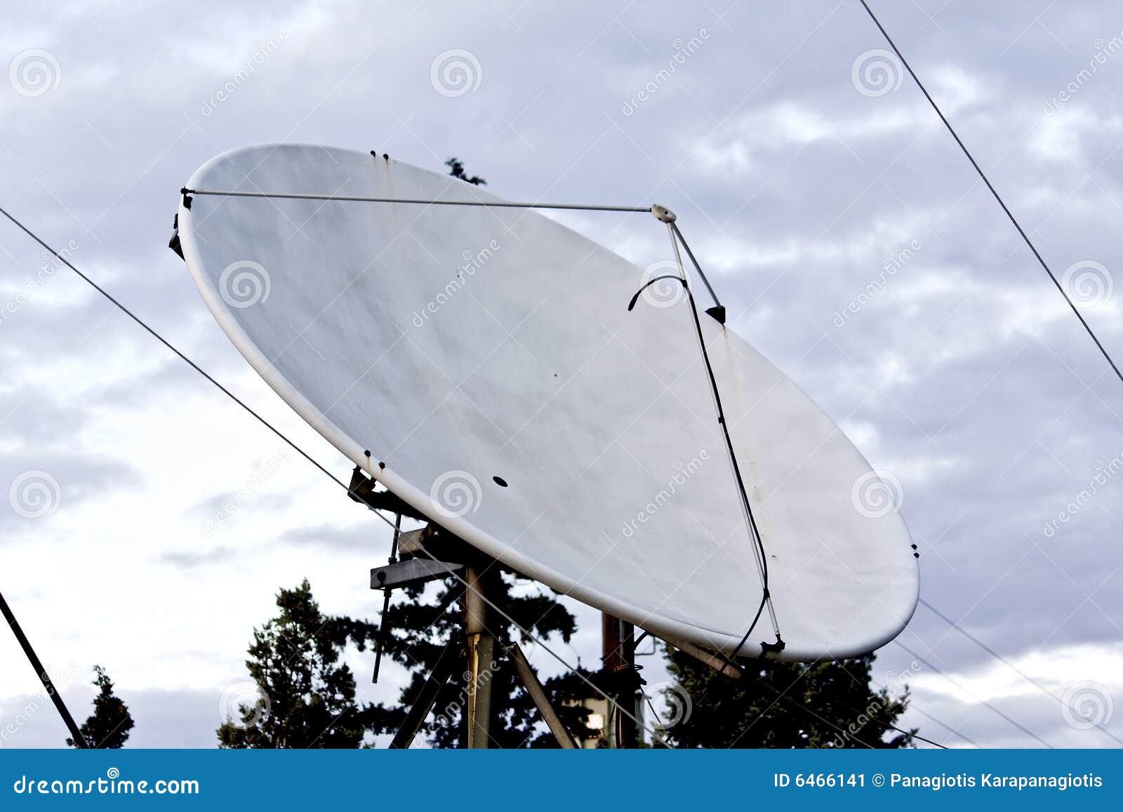 тарелка сидела используемое спутниковое телевидение