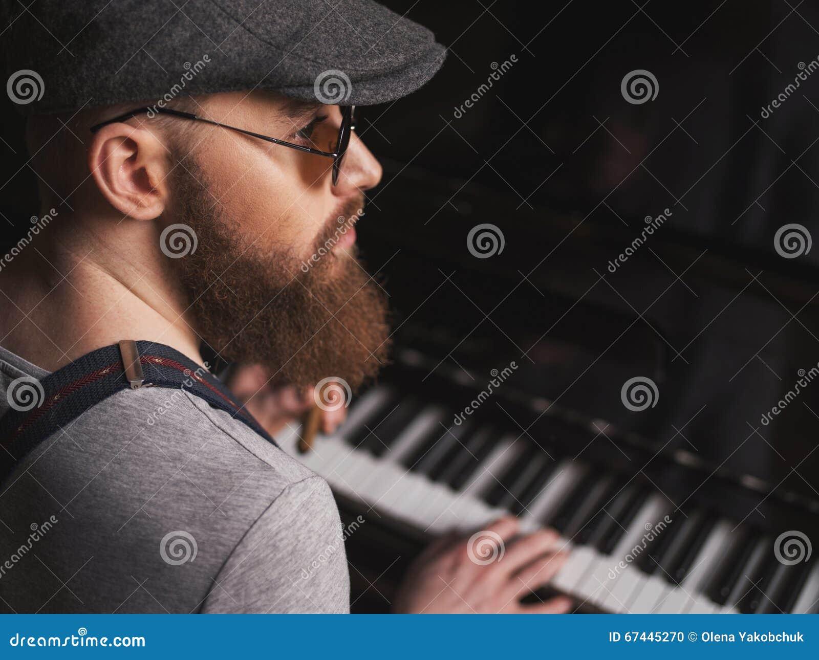 Талантливый бородатый музыкант играет рояль