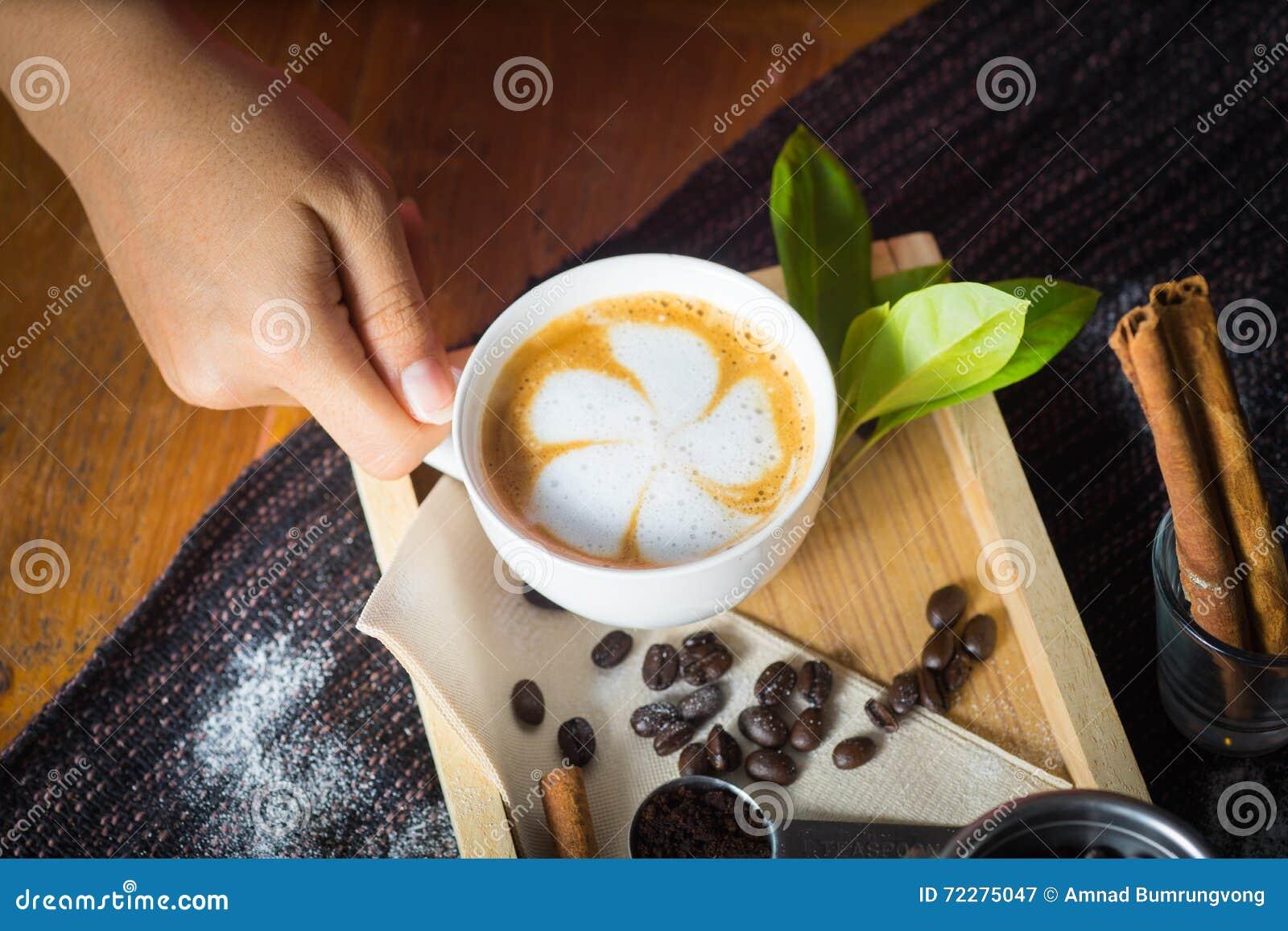 Download Творческая работа с чашкой кипятка в его руках Handfu Стоковое Изображение - изображение насчитывающей bearable, порошок: 72275047